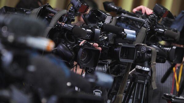 Камеры журналистов, установленные в зале Центра международной торговли на Красной Пресне, где пройдет большая ежегодная пресс-конференция президента РФ Владимира Путина