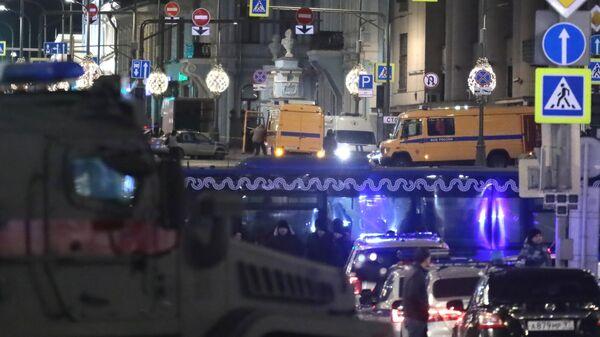 Автомобили ФСБ, Росгвардии и полиции на Лубянской площади в Москве, где у здания ФСБ произошла стрельба