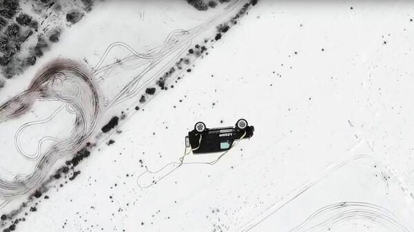 Стоп-кадр видео сбрасывания внедорожника Mercedes Gelandewagen с вертолета