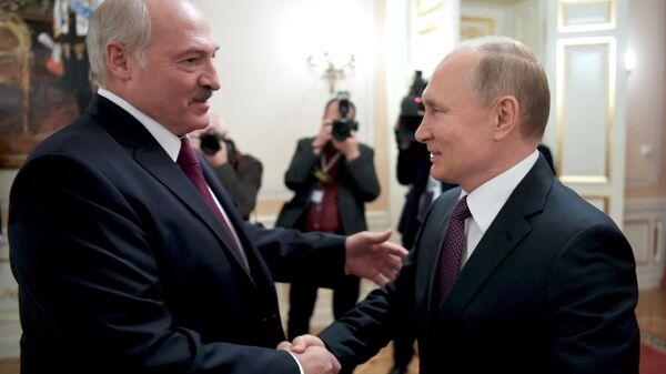 Президент РФ Владимир Путин и президент Белоруссии Александр Лукашенко во время встречи в Санкт-Петербурге