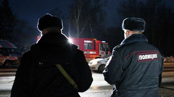Сотрудники полиции и спасатели на месте ДТП