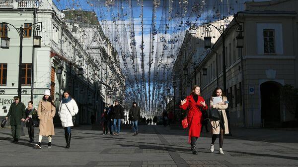Прохожие в Камергерском переулке в Москве