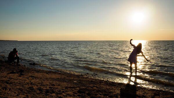 Отдыхающие на берегу Азовского моря в курортном городе Ейск