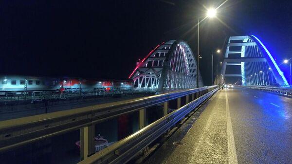 Проход первого пассажирского поезда по Крымскому мосту