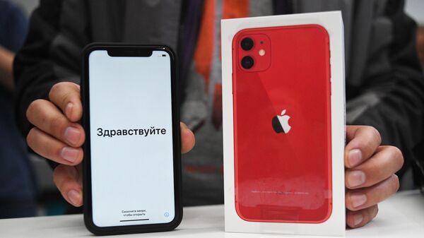 Новый смартфон компании Apple в руках покупателя в магазине re:Store в Москве