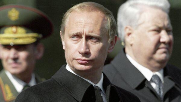 Президент России Владимир Путин (в центре) и первый Президент РФ Борис Ельцин (слева) на Красной площади на праздновании 55-й годовщины Победы в Великой Отечественной Войне.