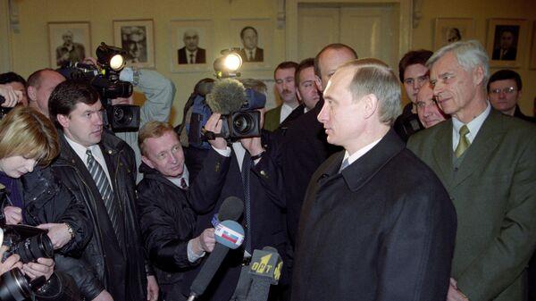 Исполняющий обязанности Президента РФ Владимир Владимирович Путин на избирательном участке в день выборов Президента Российской Федерации беседует с журналистами после голосования