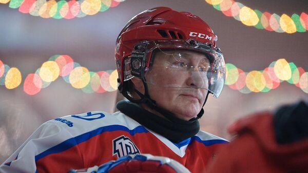 Президент РФ Владимир Путин в предновогоднем товарищеском матче Ночной хоккейной лиги на катке на Красной площади.