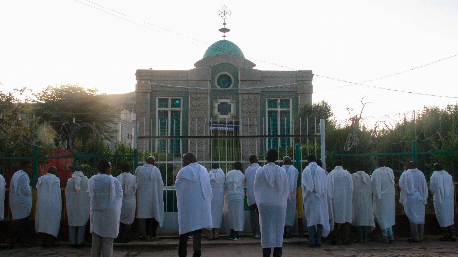 Эфиопские христиане молятся у ворот храма Девы Марии Сионской, где хранится Ковчег Завета. Аксум, Эфиопия - РИА Новости, 1920, 06.10.2020