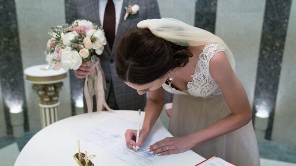 Молодожены во время регистрации брака