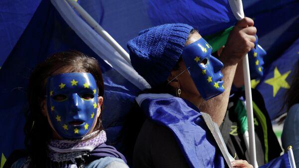 Девушки в масках с символикой Евросоюза