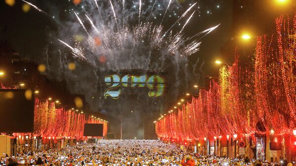 Новогодний фейерверк в Париже