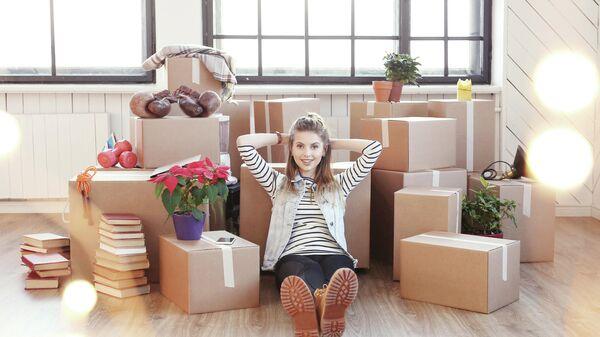 Девушка с коробками вещей