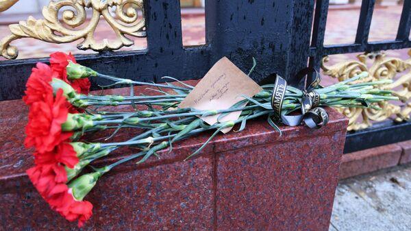 Цветы у посольства Казахстана в Москве в память о погибших в результате крушения пассажирского самолета в Алма-Ате