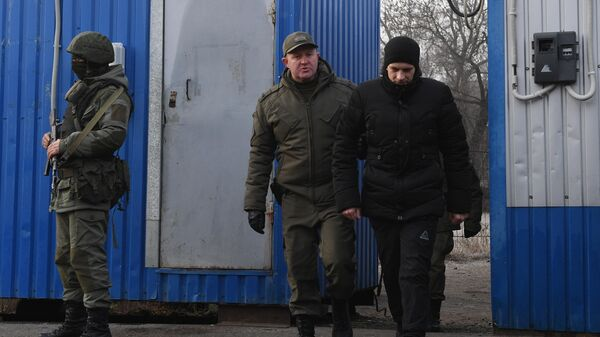 Представитель ДНР и пленный украинский военнослужащий на КПП на окраине города Горловка в Донецкой области