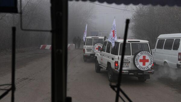 Автомобили Красного креста на КПП, где должна произойти процедура обмена военнопленными между ДНР, ЛНР и Украиной в Донецкой области