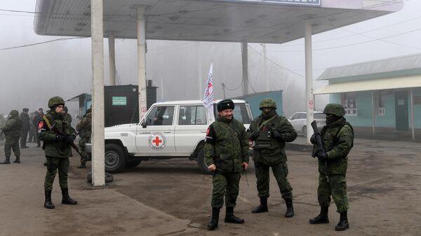 Представители ДНР на КПП на окраине города Горловка в Донецкой области, где должна произойти процедура обмена военнопленными