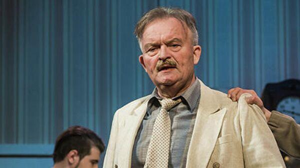 Народный артист России Константин Юченков во время сцены из спектакля