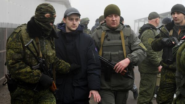 Представители ДНР и граждане Украины, удерживаемые на территории ДНР и ЛНР, на КПП на окраине города Горловка в Донецкой области