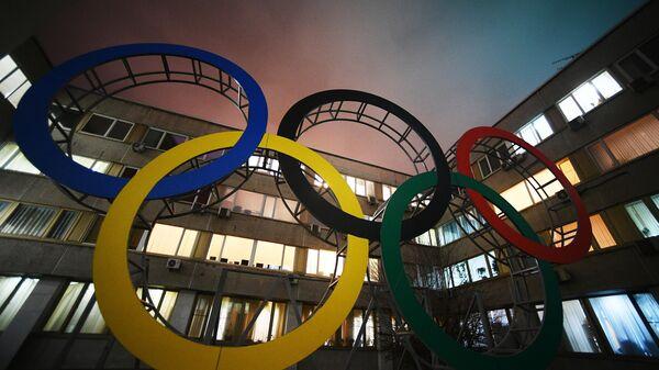 Олимпийские кольца во дворе здания Олимпийского комитета России