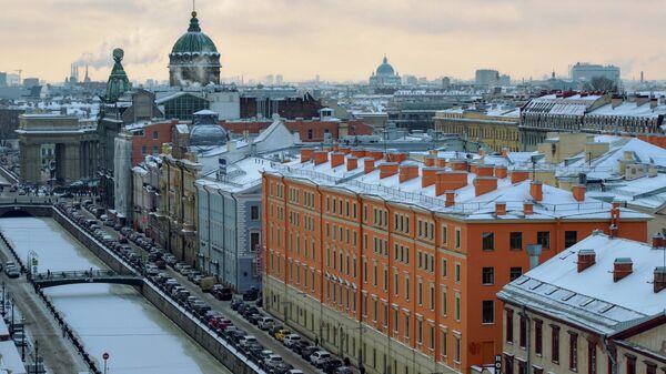 Вид на канал Грибоедова, дом Зингера и Казанский собор с купола собора Спаса на Крови в Санкт-Петербурге.