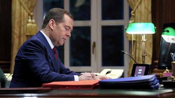 Председатель правительства РФ Дмитрий Медведев в рабочем кабинете в подмосковной  резиденции Горки