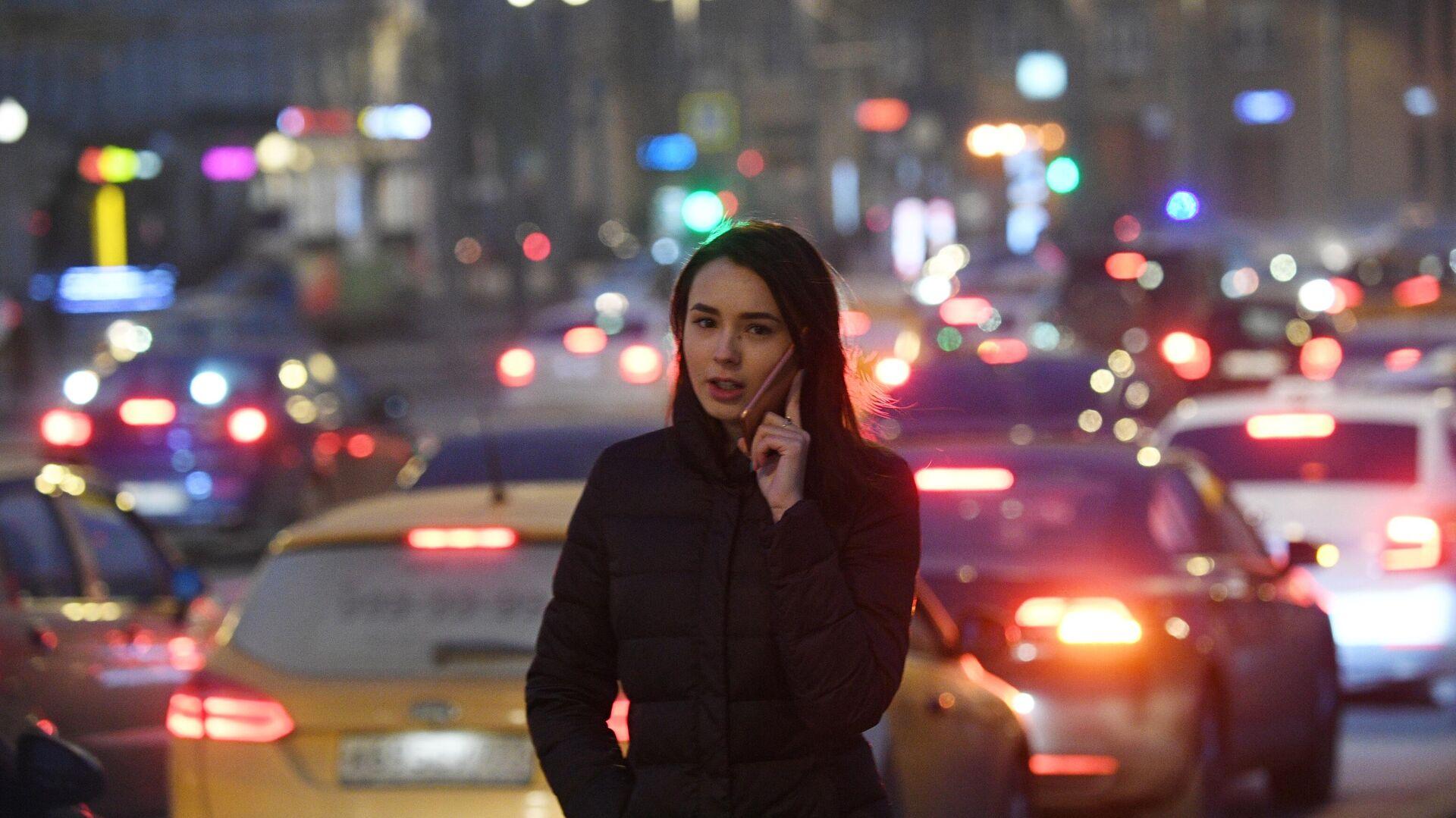 Девушка идет вдоль проезжей части  в Москве. - РИА Новости, 1920, 28.01.2021