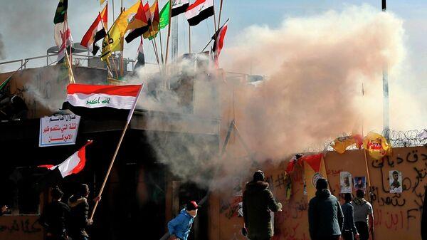 Участники акции протеста возле посольства США в Багдаде, Ирак. 1 января 2020