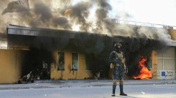 Сотрудник службы безопасности Ирака возле посольства США в Багдаде. 1 января 2020