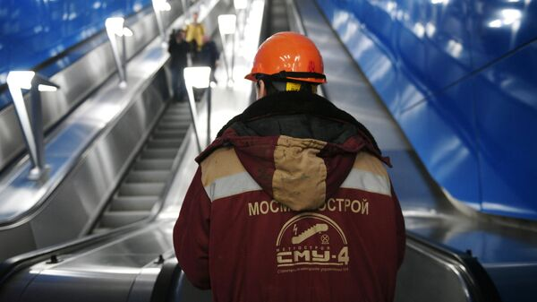 Рабочий у эскалатора строящейся станции Нижегородская Московского метрополитена