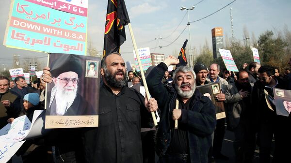 Протестующие c плакатами с Касемом Сулеймани, который был убит в результате авиаудара США в Ираке