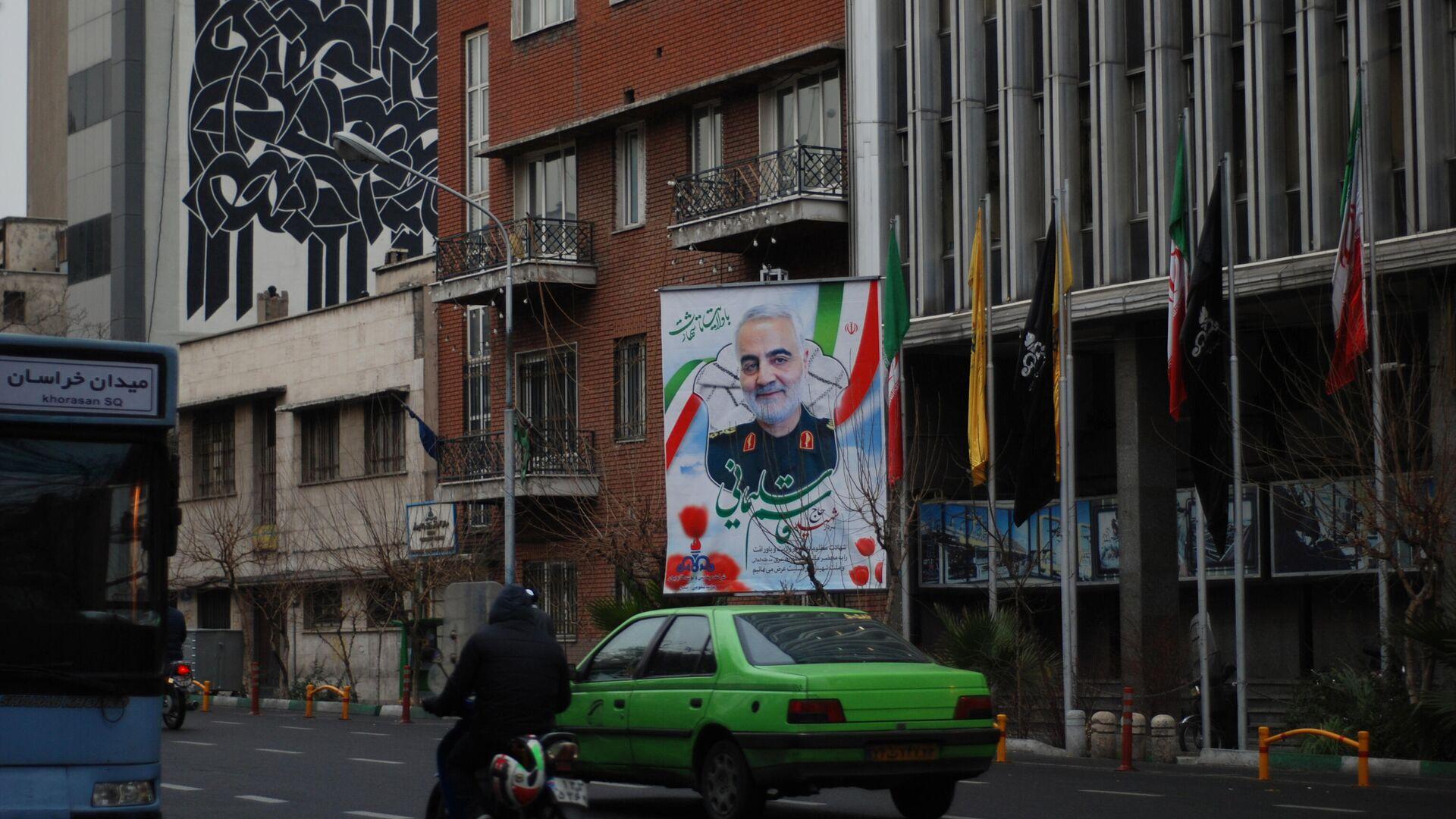Изображения и плакаты генерала КСИР Касема Сулеймани на улицах Тегерана - РИА Новости, 1920, 19.09.2020