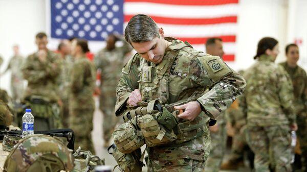 Десантник армии США готовится к вылету на Ближний Восток из Форт-Брэгга, Северная Каролина, США. 4 января 2020