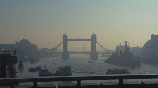Вид на разводной Тауэрский мост в центре Лондона над рекой Темзой