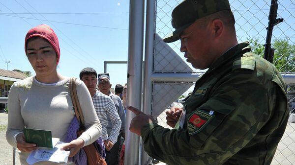 Узбекский пограничник на КПП