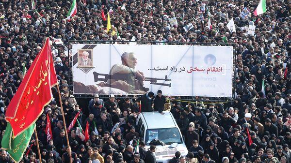 Люди во время похорон генерал-майора Касема Сулеймани и командира Абу Махди аль-Мухандиса в Тегеране