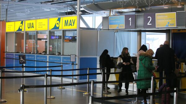 Пассажиры у стойки регистрации авиакомпании Международные авиалинии Украины в аэропорту Борисполь в Киеве