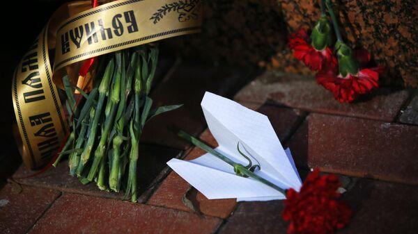 Цветы у посольства Ирана в Киеве в память о погибших в результате крушения пассажирского лайнера Украины Boeing 737-800 в Тегеране
