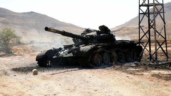 Сгоревший танк, принадлежавший войскам армии Халифы Хафтара к югу от Триполи