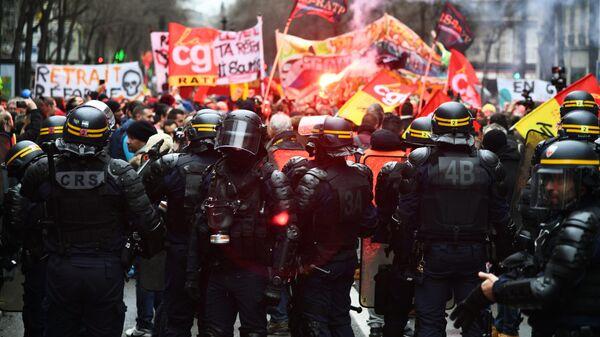 Сотрудники правоохранительных органов во время акции протеста против пенсионной реформы в Париже