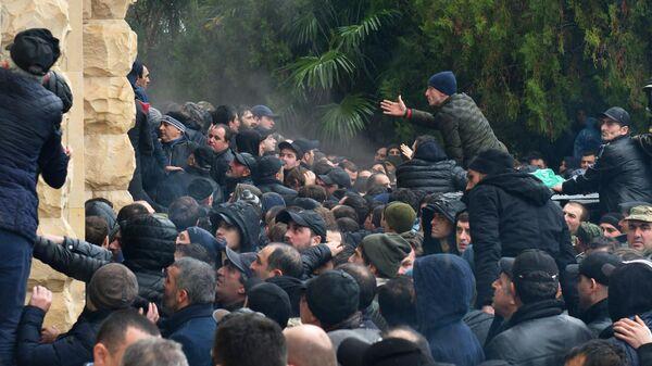 Протестующие штурмуют здание администрации президента Республики Абхазия в Сухуме