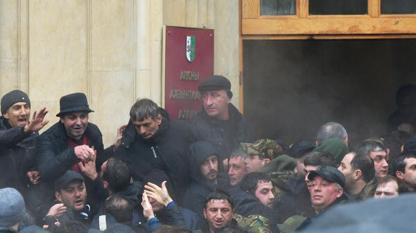 Абхазские оппозиционеры штурмуют здание администрации президента Республики Абхазия в Сухуме. 9 января 2020