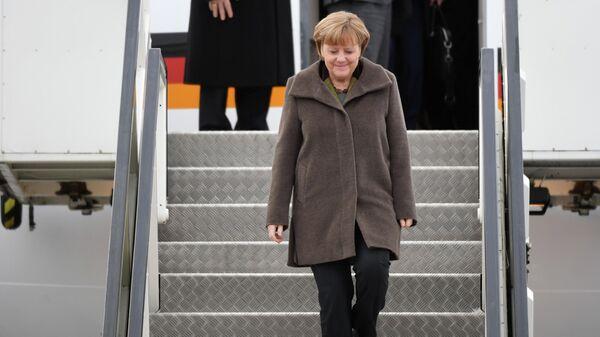 Канцлер Германии Ангела Меркель спускается по трапу самолета