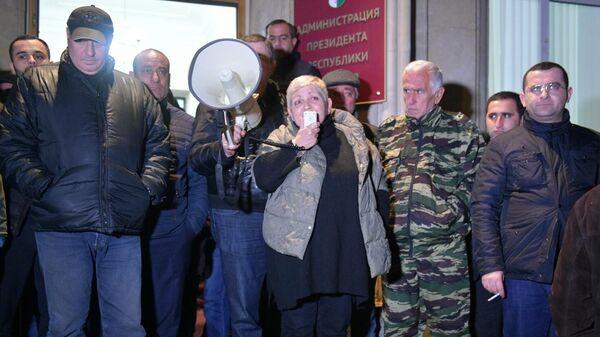 Лидеры оппозиции выступают перед протестующими у здания администрации президента Республики Абхазия в Сухуме