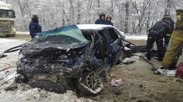Последствия ДТП на 400-м километре автодороги М-2 в Кромском районе Орловской области
