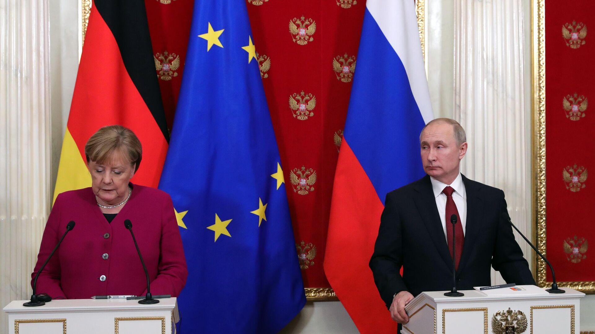 Президент РФ Владимир Путин и федеральный канцлер Германии Ангела Меркель во время совместной пресс-конференции по итогам встречи - РИА Новости, 1920, 21.07.2021
