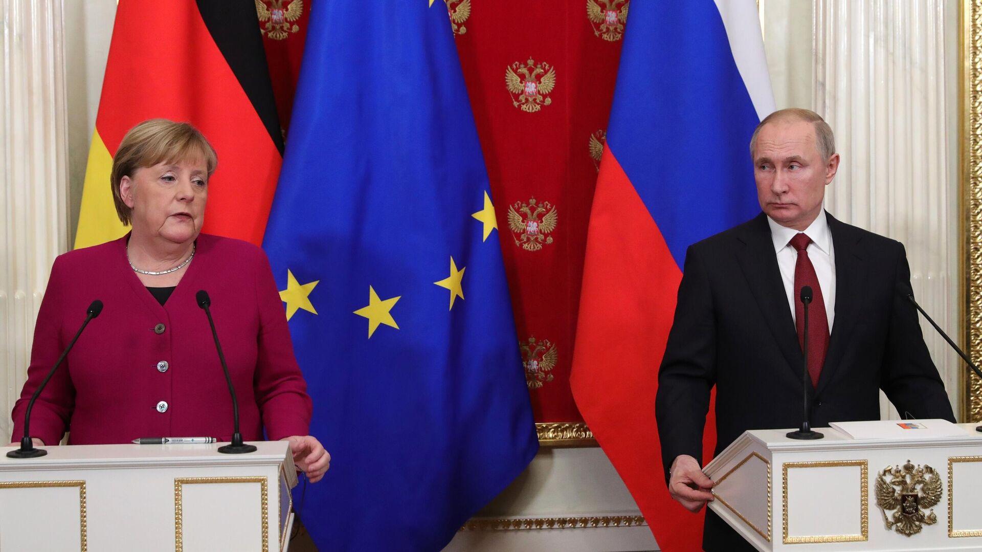 Президент РФ Владимир Путин и федеральный канцлер Германии Ангела Меркель во время совместной пресс-конференции по итогам встречи - РИА Новости, 1920, 22.06.2021