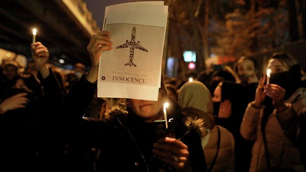 Акция памяти жертв крушения украинского самолета у входа в университет имени Амира Кабира в Тегеране