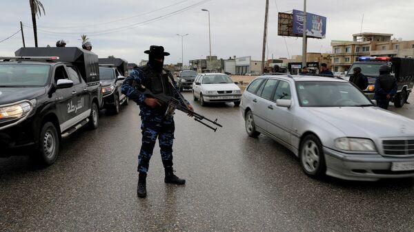 Сотрудник сил безопасности Правительства национального согласия (ПНС) в районе Таджура, к востоку от Триполи, Ливия
