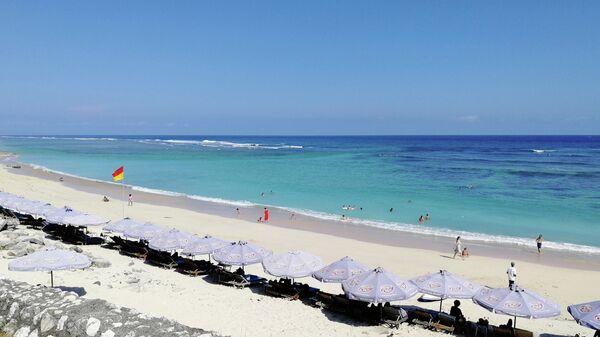 Бали. Туристы на пляже